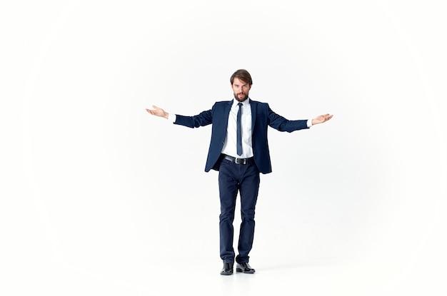 Een man in een jas en stropdas beweging springt lichte achtergrond