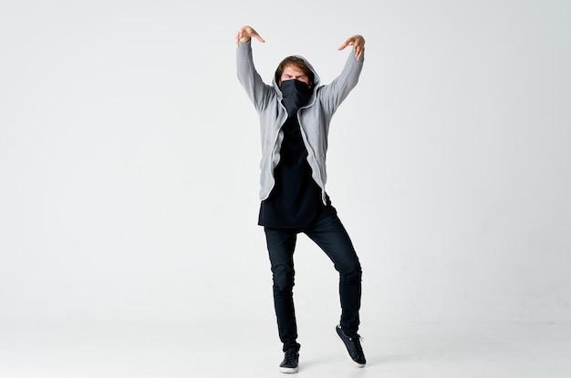 Een man in een kap met een masker verbergt zijn gezicht pester anonimiteit diefstal