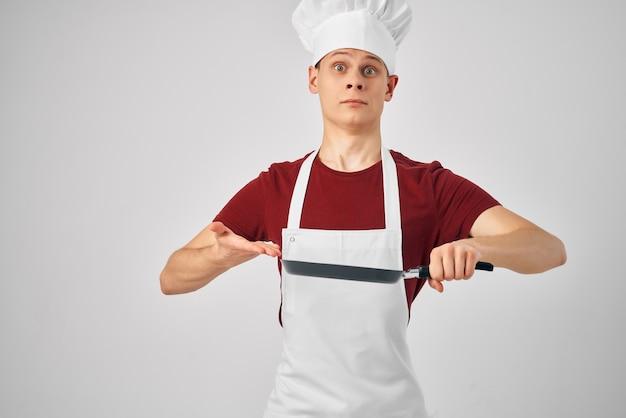 Een man in een koksuniform kookprofessionals