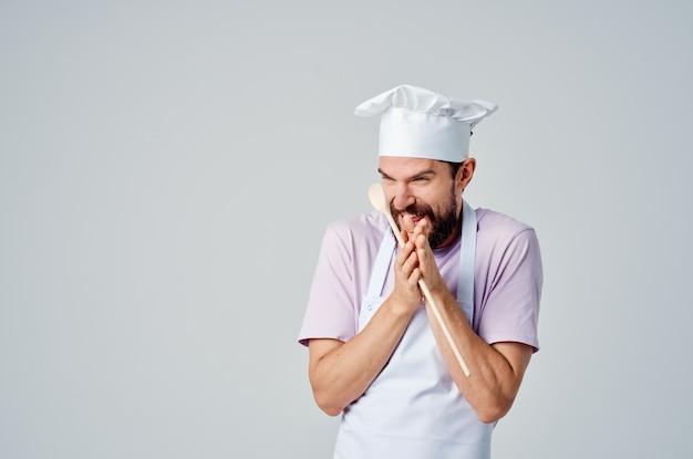 Een man in een koksuniform met een baard die restaurantprofessional bedient