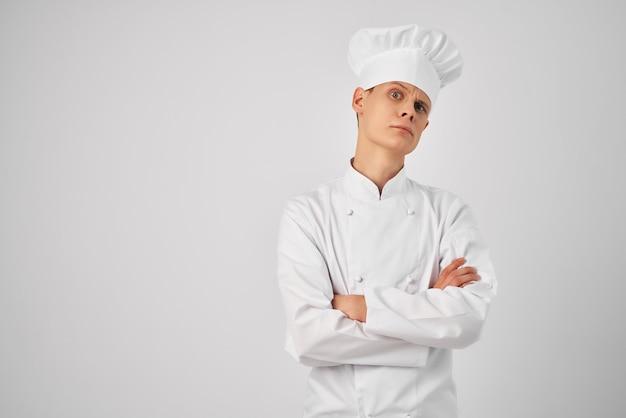 Een man in een koksuniform werkt professioneel in een restaurant