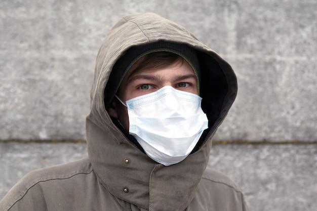 Een man in een medisch masker, bescherming tegen griep, coronavirus en andere virale verkoudheid.