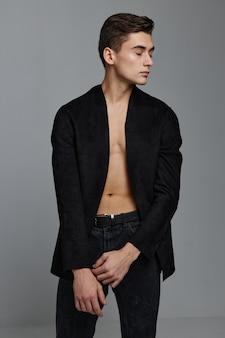 Een man in een naakt pak heeft zijn armen gevouwen en kijkt weg. hoge kwaliteit foto