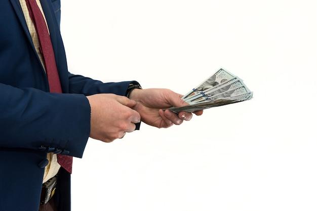 Een man in een pak biedt steekpenningen aan voor een product of dienst