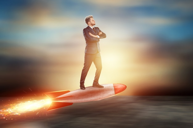 Een man in een pak, een zakenman vliegt vooruit op een raket.