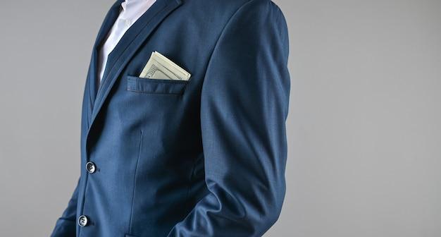 Een man in een pak houdt geld in zijn handen