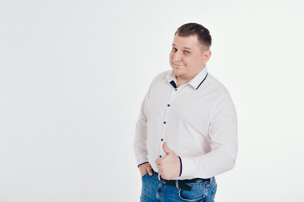 Een man in een pak lopen en gebaren op een witte achtergrond. gebaren en gezichtsuitdrukkingen