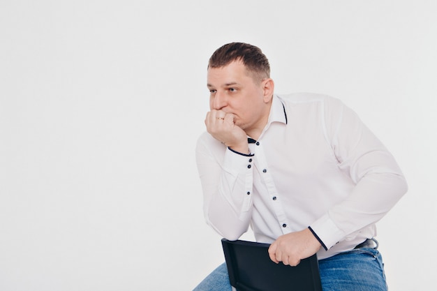 Een man in een pak lopen en gebaren op een witte achtergrond