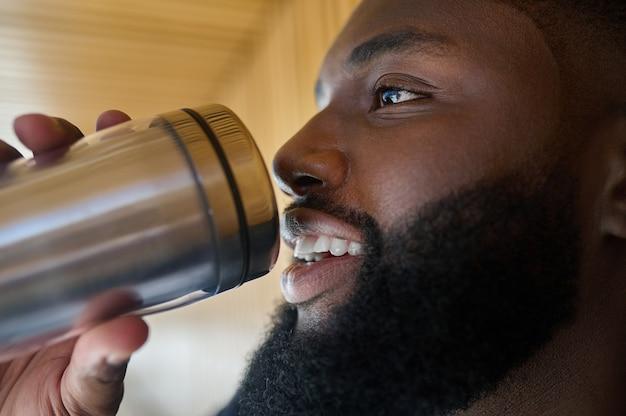 Een man in een pak met een fles en drinkwater