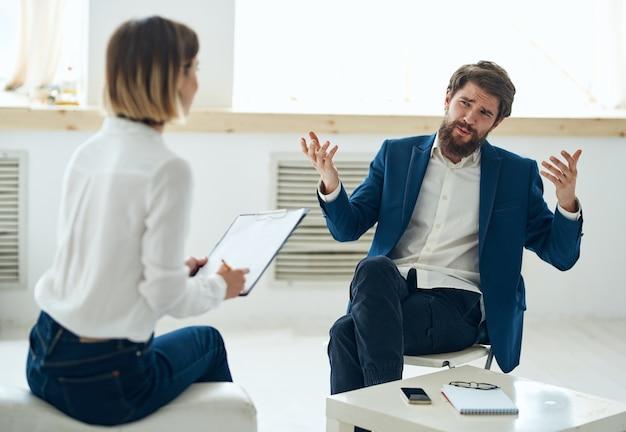 Een man in een pak op het kantoor van een psycholoog bij het raam