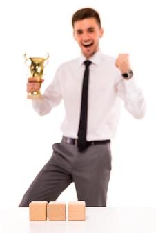 Een man in een pak staat op en verheugt zich in de overwinning.