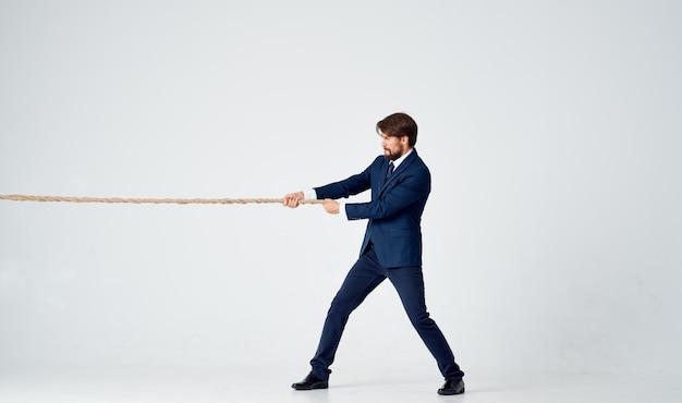 Een man in een pak trekt aan het touw emotie werk kantoor