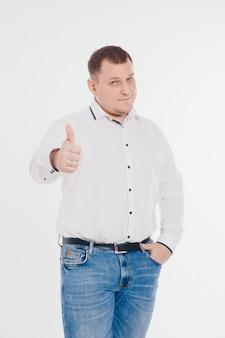 Een man in een pak uitgevoerd en gebaren op witte muur. gebaren en gezichtsuitdrukkingen