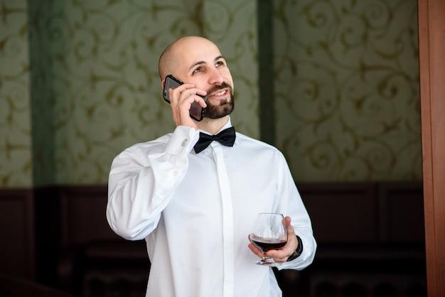 Een man in een restaurant praten aan de telefoon.