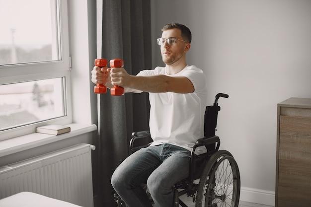 Een man in een rolstoel doet aan sport. geef nooit op