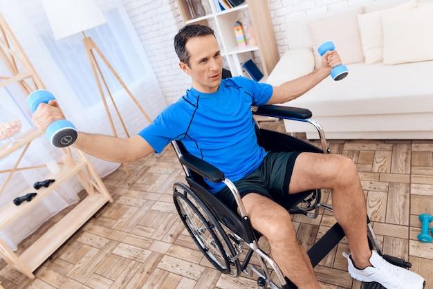Een man in een rolstoel doet aan sport.