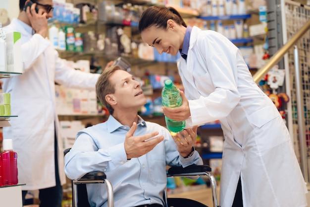 Een man in een rolstoel zit in een apotheek.