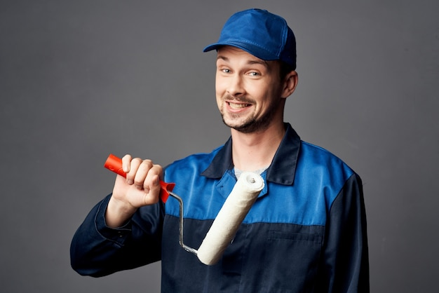 Een man in een werkuniform een schilder renovatie van een appartement decoratie werk. hoge kwaliteit foto