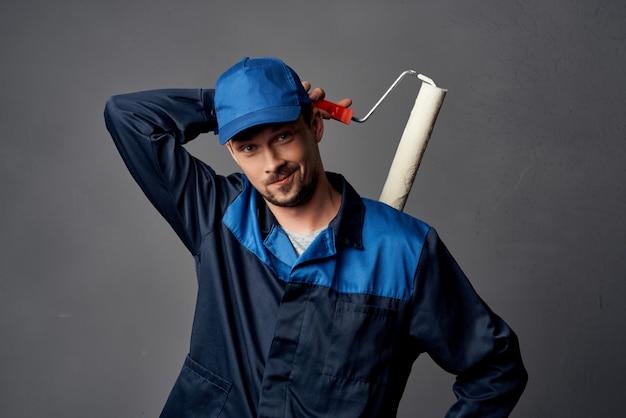 Een man in een werkuniform, een schildersrenovatie van een appartementdecoratiewerk