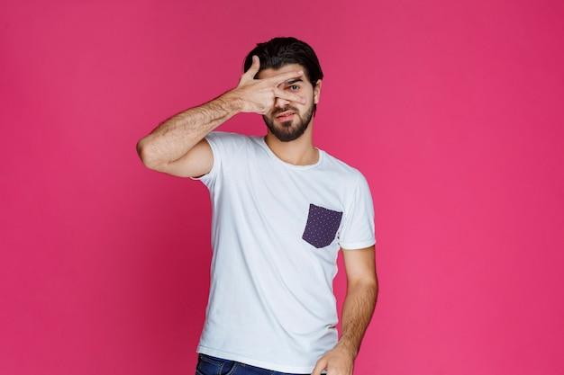 Een man in een wit overhemd ziet er cool, lief en vriendelijk uit.