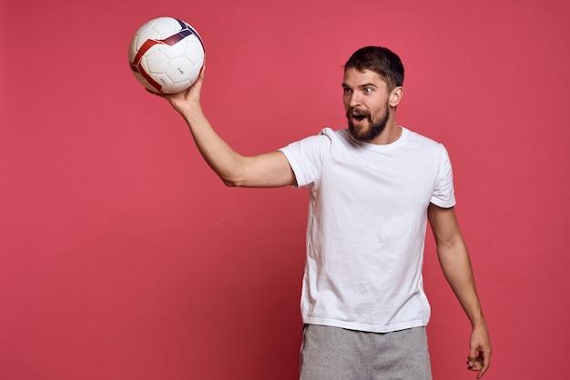 Een man in een wit t-shirt gaat sporten in de studio, coach