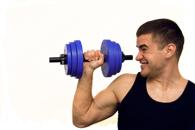 Een man in een zwart t-shirt houdt zich bezig met fysieke sporten