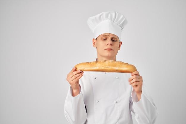 Een man in kokskleding kijkt naar een professionele bakkerij-industrie