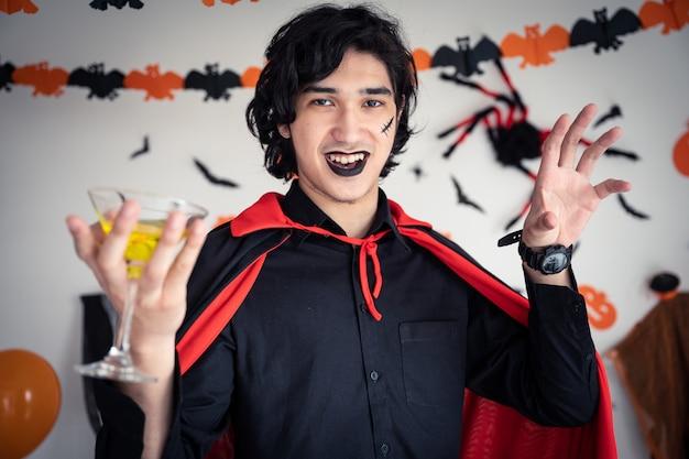 Een man in vampieren kleding in halloween-feest