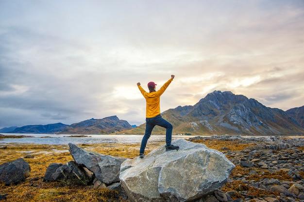 Een man is blij met een prachtig uitzicht op het landschap van noorwegen