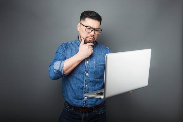 Een man keek verbaasd naar de computer.