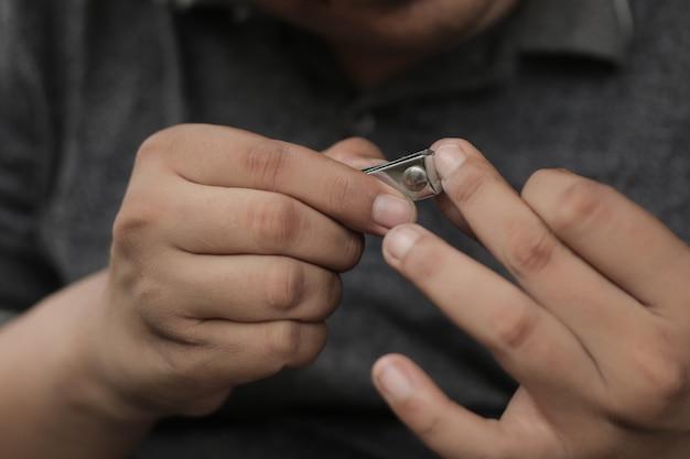 Een man knipt zijn nagels