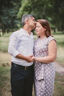 Een man kust een vrouw