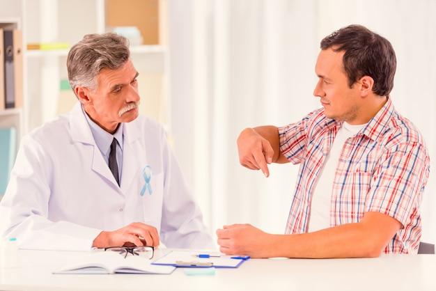 Een man kwam naar de dokter en zei dat hij pijn had.