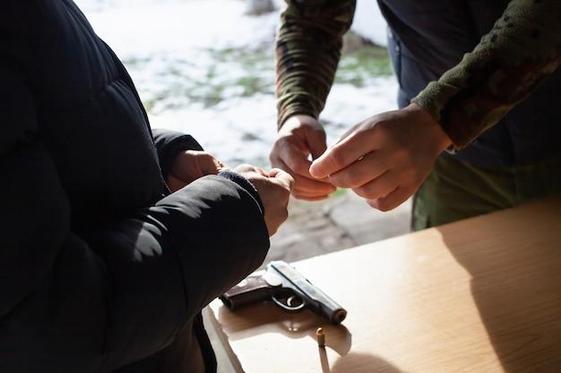 Een man laadt een pistool met kogels op straat