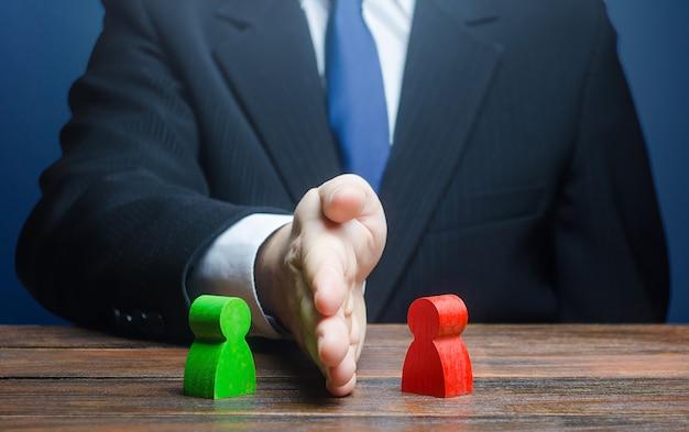 Een man legt zijn hand tussen tegenstrijdige personen.
