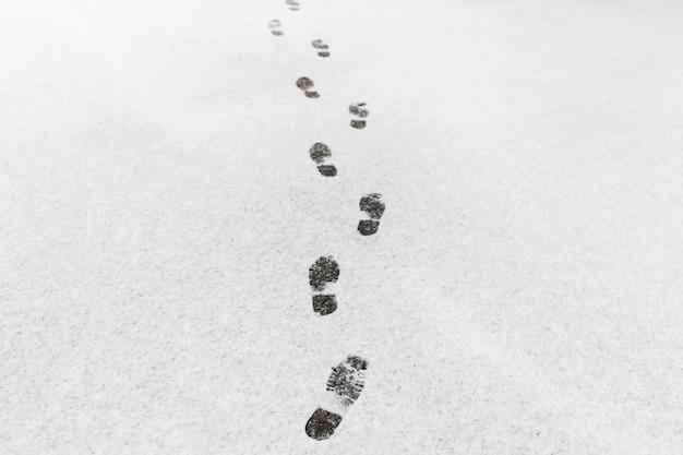 Een man liep, hij liet voetafdrukken achter in de sneeuw