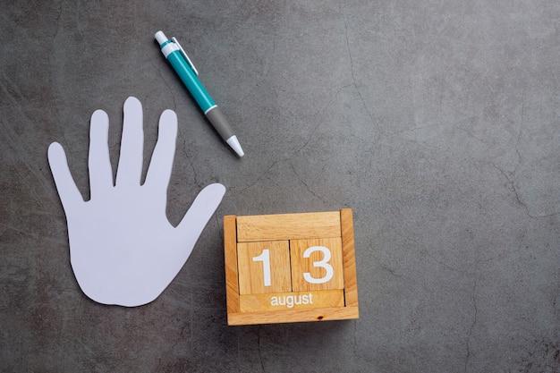 Een man linkerhand met een pen. linkshandige dag concept.