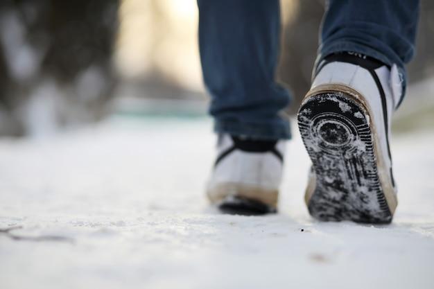 Een man loopt door de stad op een besneeuwde winterdag.