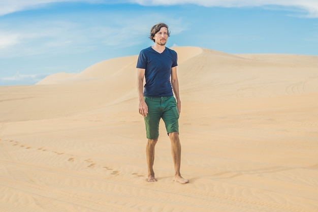 Een man loopt in de woestijn vietnam mui ne