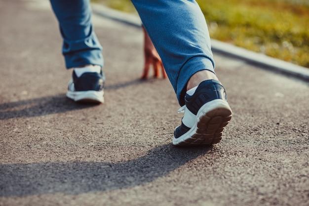 Een man loper in sportkleding op een positie voordat hij gaat rennen