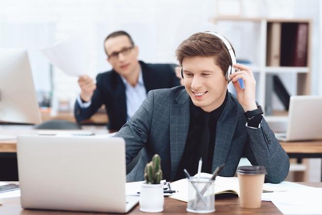 Een man luistert naar muziek op een koptelefoon.