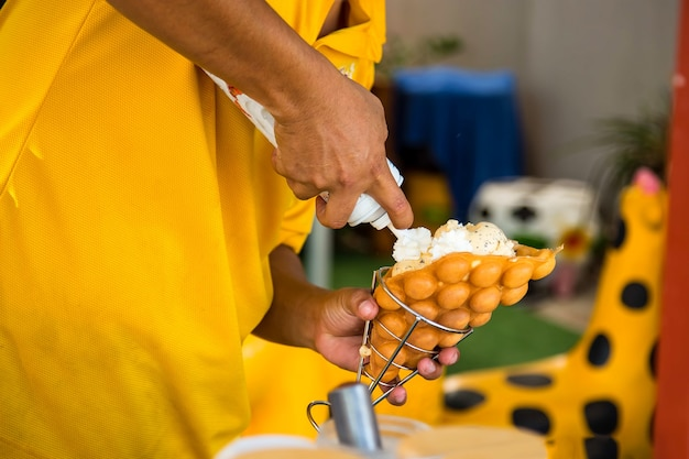 Een man maakt ijs in een wafel dessert hong kong