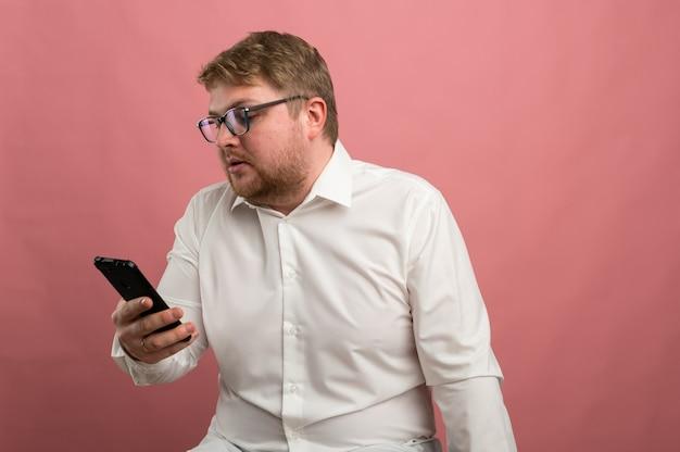 Een man met een bril praat over videocommunicatie en zweert, niet blij, overstuur