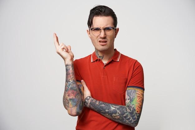 Een man met een bril ziet er geïrriteerd, ontevreden en afwijzend uit.