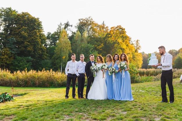 Een man met een bruidstaart