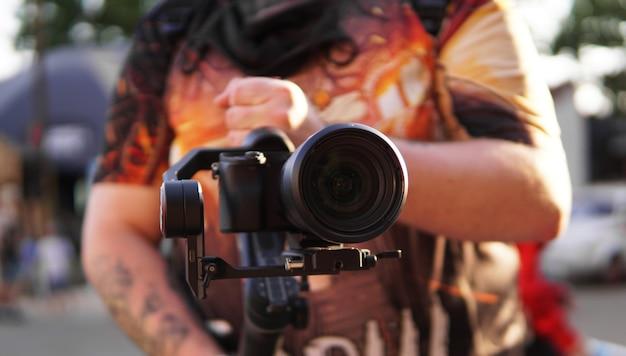 Een man met een camera en een lens fotocamera voor video-opnamen