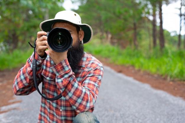 Een man met een camera wereldfotograferdag.