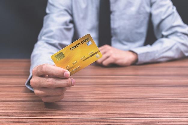 Een man met een creditcard