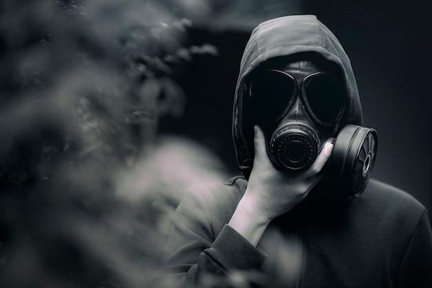 Een man met een gasmasker en de sombere atmosfeer