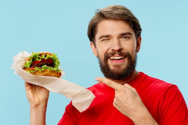 Een man met een hamburger in de hand